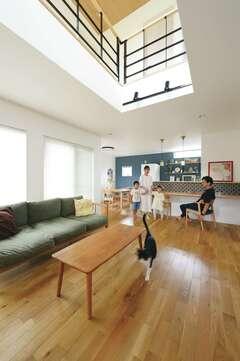 ほどよい距離感の二世帯住宅で 光と自然を感じてくつろぐ幸せ