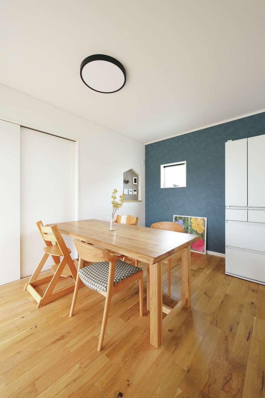 アイフルホーム 掛川店【デザイン住宅、子育て、間取り】ダイニングスペースの奥にある白いドアを開けると、和室や両親の部屋へと続く
