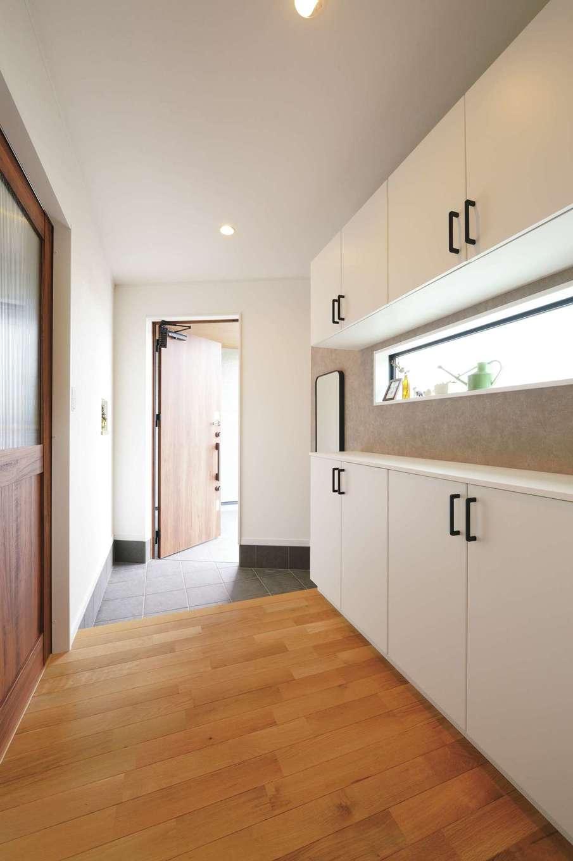 アイフルホーム 掛川店【デザイン住宅、子育て、間取り】斜めにデザインした玄関がユニーク