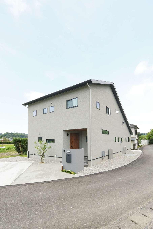 アイフルホーム 掛川店【デザイン住宅、子育て、間取り】存在感のある大屋根の家に、夫婦で選んだグレーの塗り壁がしっくりと馴染む