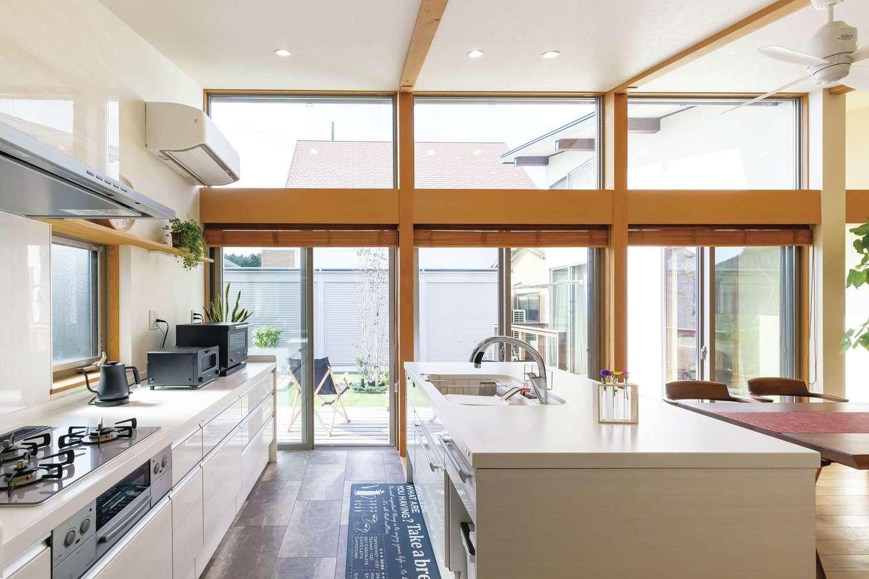 神谷綜合建設 カミヤの家【デザイン住宅、収納力、平屋】コンロ側と比べて、シンク側を5cm高くしたことで、洗い物が格段に楽になった。Ⅱ型キッチンならではのマネしたいアイデア。パントリーが隣接し、キッチンはいつでもすっきり