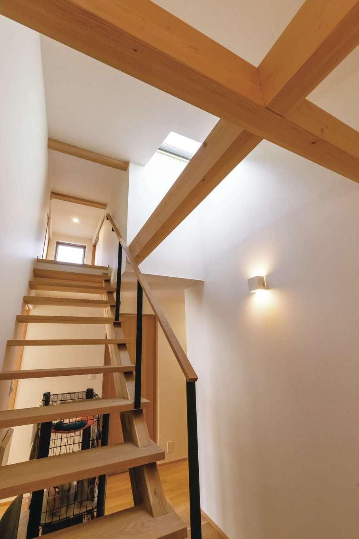 神谷綜合建設 カミヤの家【デザイン住宅、収納力、平屋】太さをそろえた梁(はり)が美しい十字を描く。階段を上って屋根裏へ