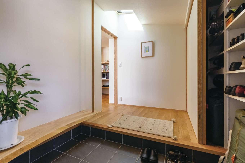 神谷綜合建設 カミヤの家【デザイン住宅、収納力、平屋】天窓から光が差し込む玄関ホール。壁一面に収納を設け 靴やBBQグッズなどを収納