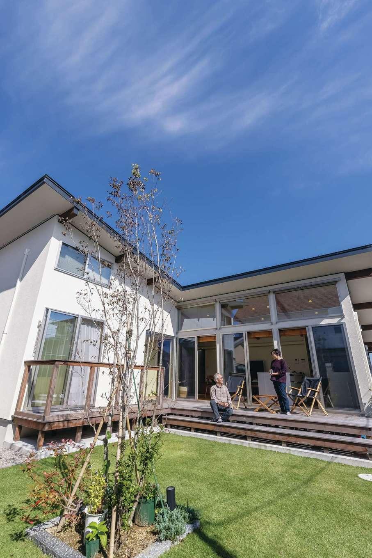 神谷綜合建設 カミヤの家【デザイン住宅、収納力、平屋】ウッドデッキに椅子を出してBBQを楽しむのがご夫婦のお気に入り