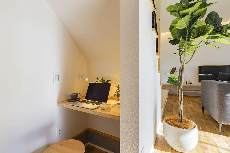 ARRCH アーチ【浜松市東区西ケ崎町1331・モデルハウス】階段下を有効に利用した書斎コーナーは、床を一段下げて十分な高さを確保。広すぎず無駄のないスペースになっているので集中して作業でき、リモートワークにも最適