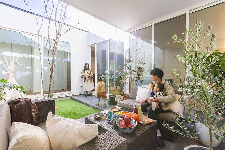 ARRCH アーチ【浜松市東区西ケ崎町1331・モデルハウス】四方を建物と壁で囲った中庭テラスはプライベート感にあふれた空間。リビングと玄関ホール側の掃出窓から行き来でき、駐車場と直接つながるドアも設けてある。中庭にはシンボルツリーのガーデンと屋根付きのテラスがあり、屋外でありながら住まいの一室としてフレキシブルに活躍する