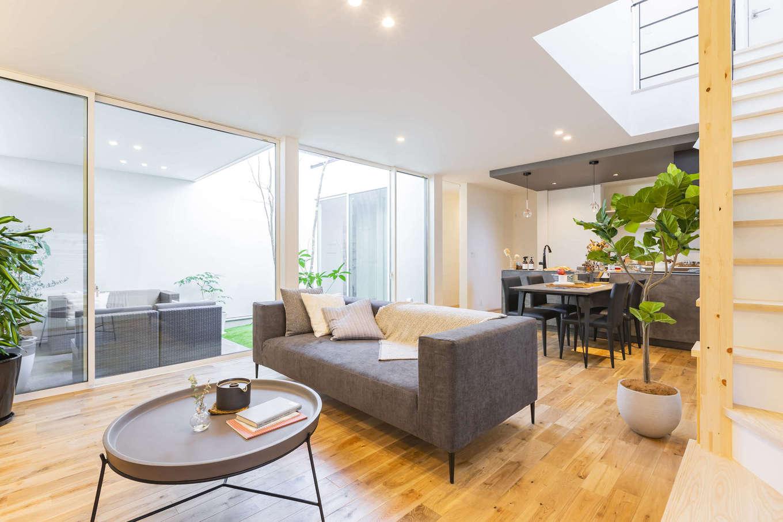ARRCH アーチ【浜松市東区西ケ崎町1331・モデルハウス】リビングには天井いっぱいまで開口部を設けてあり、中庭の全景が見渡せる。中庭との一体感を存分に味わえるので、家の中にいながらにして開放的な気分でくつろげる