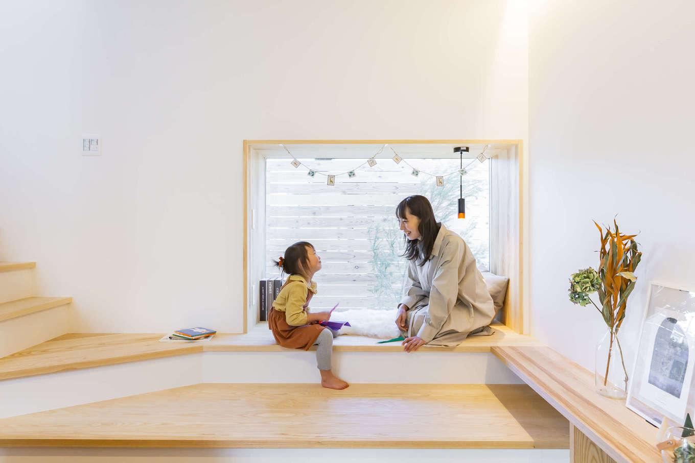 ARRCH アーチ【浜松市東区西ケ崎町1331・モデルハウス】リビングと階段の間にある小上がりのヌックでは、北側の庭を眺めながら子どもと一緒に遊んだり、絵本を読んだり、ホームパーティでは腰掛けとして利用したり。中庭テラスとはひと味違った楽しみ方ができる