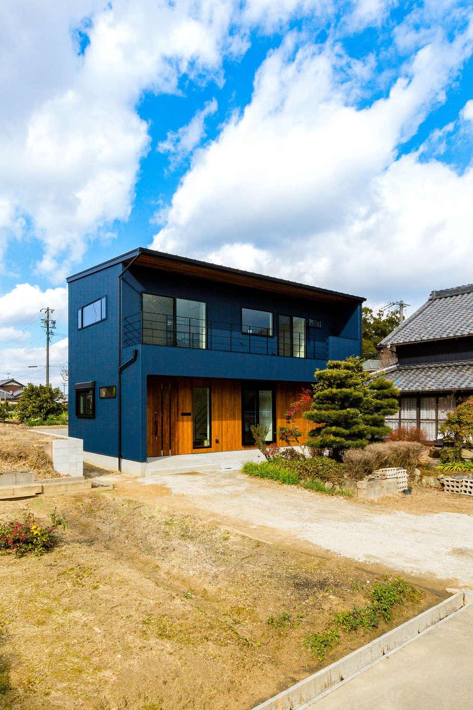 アトリエプラス【デザイン住宅、趣味、自然素材】濃紺のガルバリウムと一階部分にあしらった木とのコントラストが鮮やかな外観