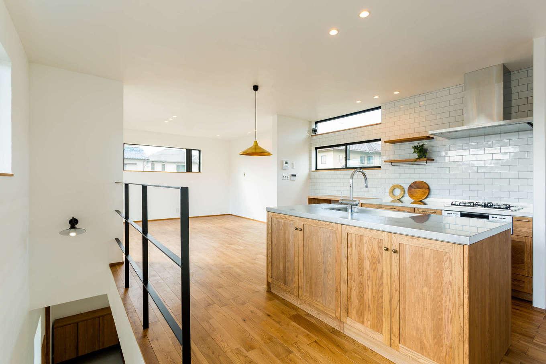 アトリエプラス【デザイン住宅、趣味、自然素材】開放感溢れる2階リビングは、北欧モダンな男前スタイル。無垢材をふんだんに使った居心地のいい空間