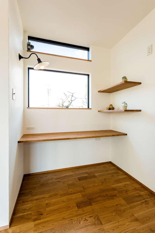 アトリエプラス【デザイン住宅、趣味、自然素材】LDK横に設けた書斎では、自分だけのプライベート空間を確保しつつ家族とのつながりも感じられる