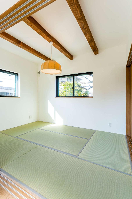 アトリエプラス【デザイン住宅、趣味、自然素材】シンプルだけれどほっと落ち着く、あたたかみのある和室。天井に現した梁や洋風の照明がモダンな雰囲気を醸し出す