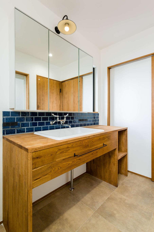 アトリエプラス【デザイン住宅、趣味、自然素材】造作の洗面化粧台。使い勝手のいい深いシンクや家族が並んでも広々と使える大きな鏡など、機能性もばっちり