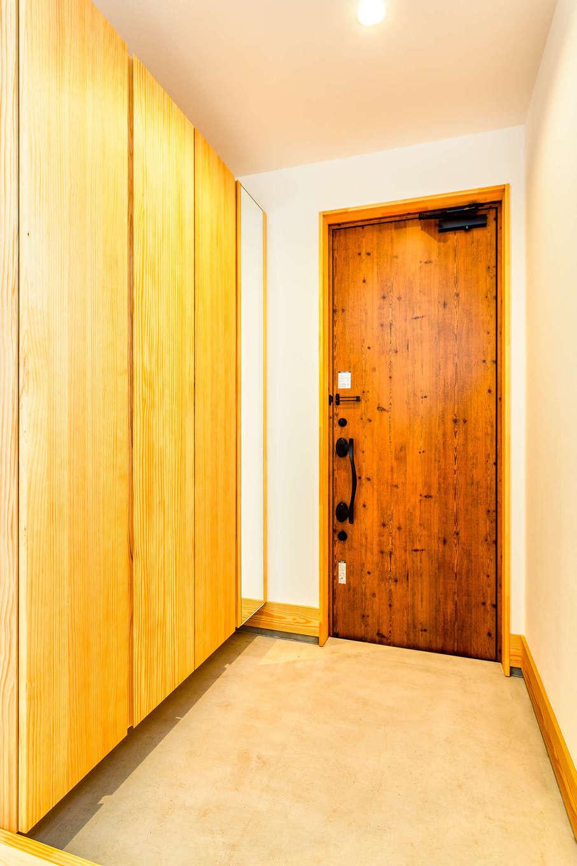 アトリエプラス【自然素材、間取り、建築家】玄関。造作のシューズクロークは、お出かけ前に身だしなみをチェックできる姿見が便利