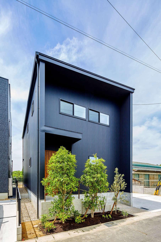 アトリエプラス【自然素材、間取り、建築家】黒いガルバリウムの外壁と緩やかな屋根勾配でスマートな外観