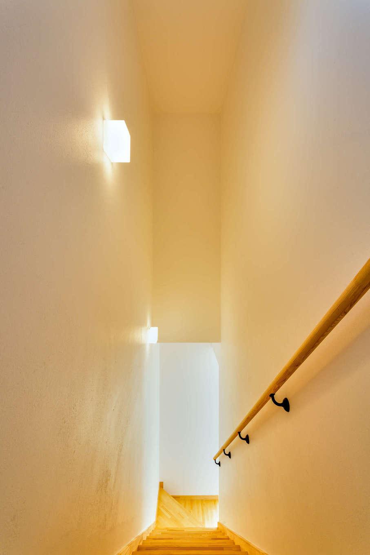 アトリエプラス【自然素材、間取り、建築家】階段の照明は壁面に。柔らかい光がおしゃれ