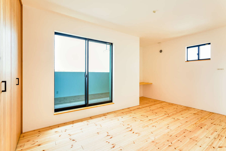アトリエプラス【自然素材、間取り、建築家】主寝室や2階も無垢の床。無添加漆喰の壁、天井で部屋の中の空気はいつも綺麗で快適