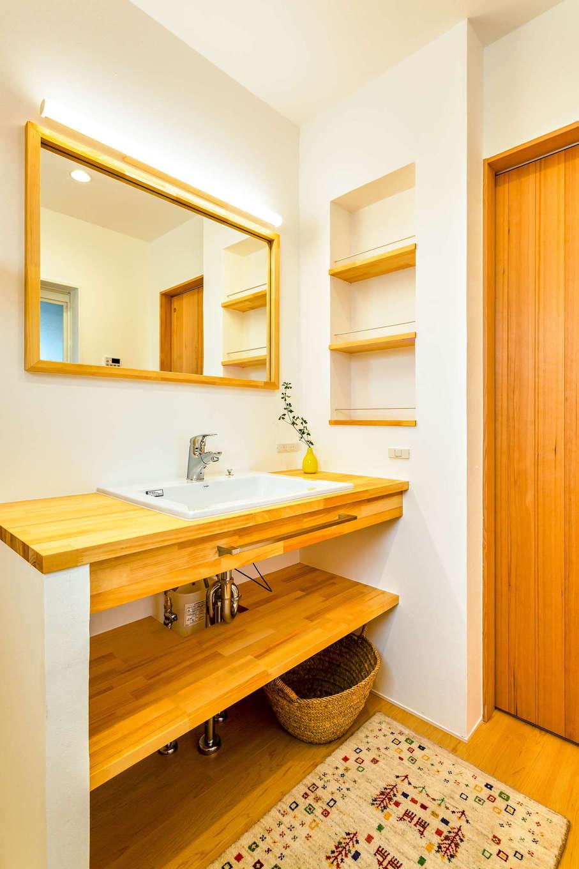 アトリエプラス【自然素材、間取り、建築家】こだわりの造作洗面カウンターは家族で並んで使っても広々。壁面のニッチに収納できるので、カウンター上に物を置くことなくいつもすっきり見せられる
