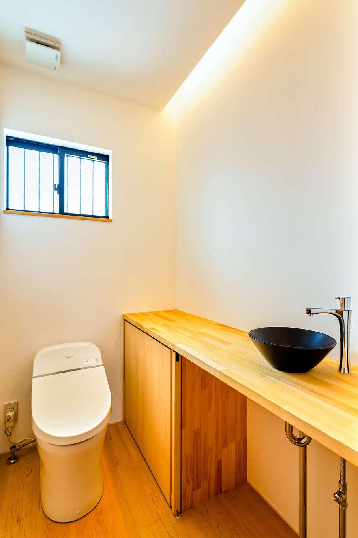アトリエプラス【自然素材、間取り、建築家】お手洗いは間接照明で落ち着きのある空間を演出。洗面カウンターも造作