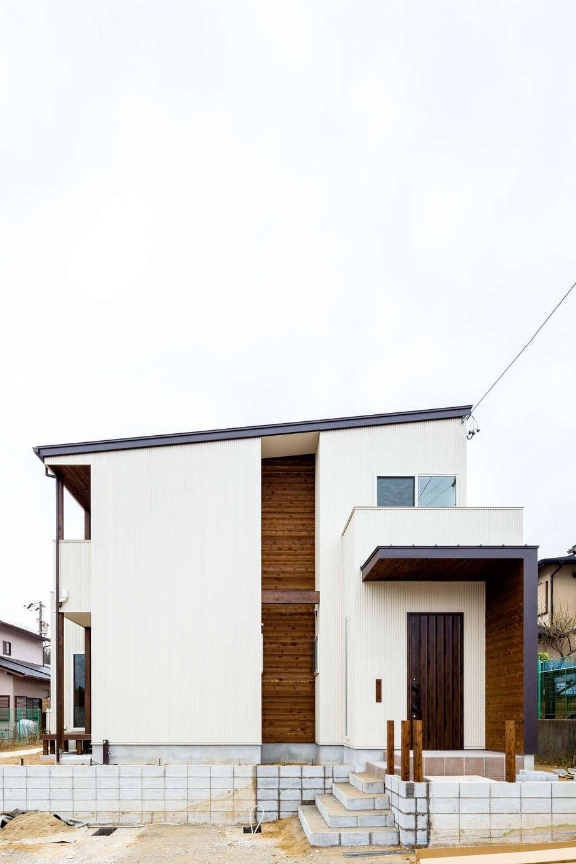 アトリエプラス【デザイン住宅、自然素材、インテリア】シンプルな白い壁に茶色の木板がよく映える。外観に凹凸がほしいという要望の元、意図的にアクセントの面を作りデザイン性をもたせた