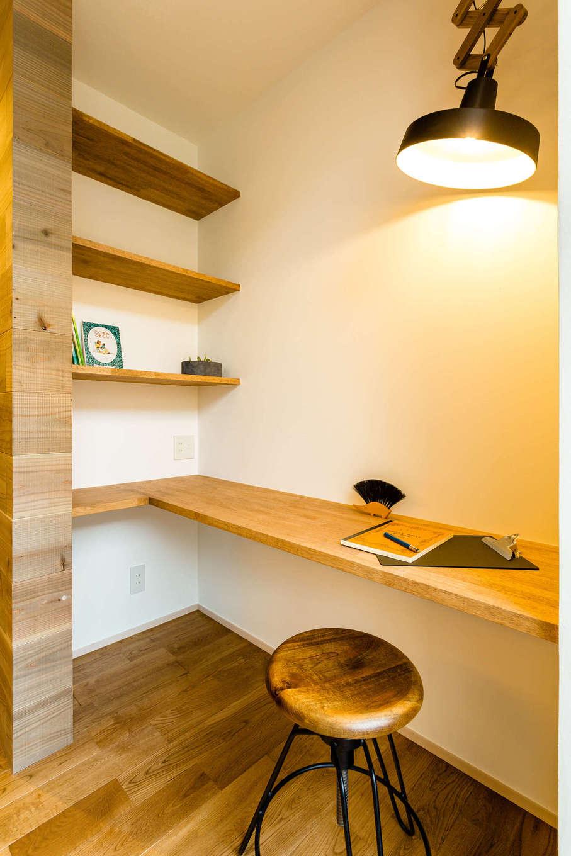 アトリエプラス【デザイン住宅、自然素材、インテリア】リビングの一角に設けたスタディスペース。コンセントの配線計画もバッチリ