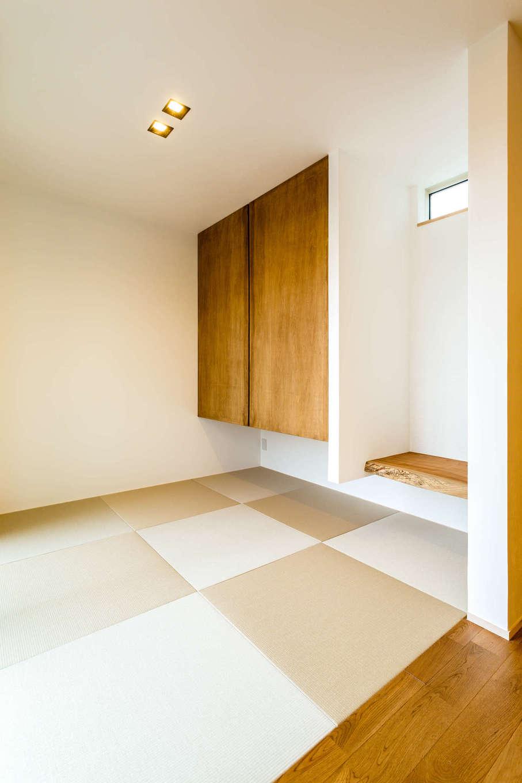 アトリエプラス【デザイン住宅、自然素材、インテリア】ダウンライトの天井がすっきりとした印象の和室。吊り押入れにすることで視線が抜け、空間を広く感じられる