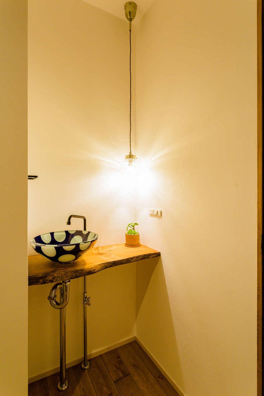 アトリエプラス【デザイン住宅、自然素材、インテリア】造作のカウンターにはこだわって選び抜いた一枚板を使用