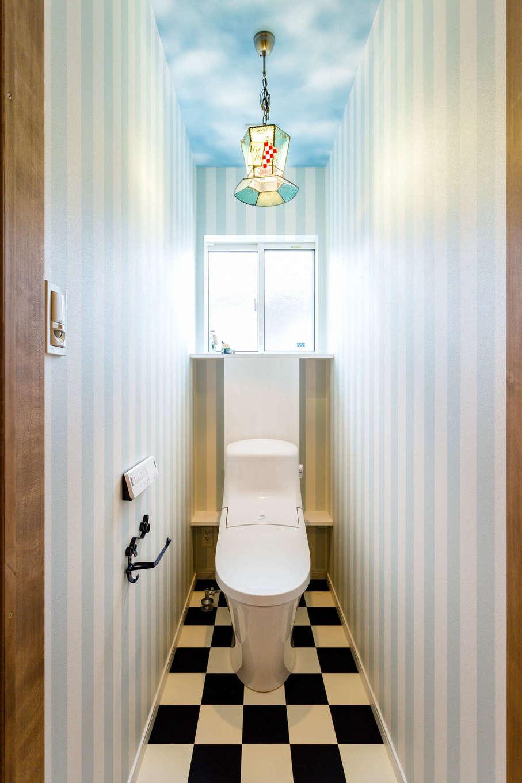 アトリエプラス【デザイン住宅、自然素材、インテリア】「不思議の国のアリス」をイメージした、遊び心溢れる2階のWC
