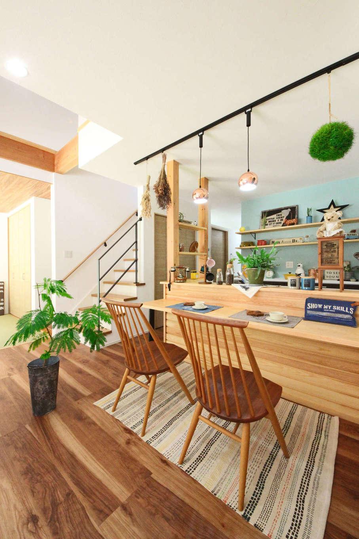 illi-to design 鳥居建設21【デザイン住宅、省エネ、間取り】カフェスタイルのカウンターキッチン。見せる収納や雑貨がかわいい
