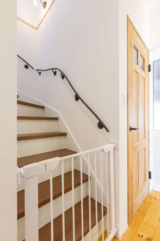 cozy house(小塚建設)【デザイン住宅、ガレージ、インテリア】階段には繊細な印象のアイアン手すりをチョイス。シンプルな空間をピリリと引き締める役割も