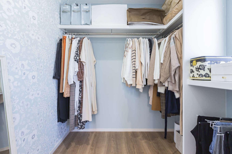 cozy house(小塚建設)【デザイン住宅、ガレージ、インテリア】居室部分のコートディネートは色数を抑えた一方で、ウォークインクローゼットやトイレには、個性的な柄が揃う輸入クロスで遊び心をプラスした