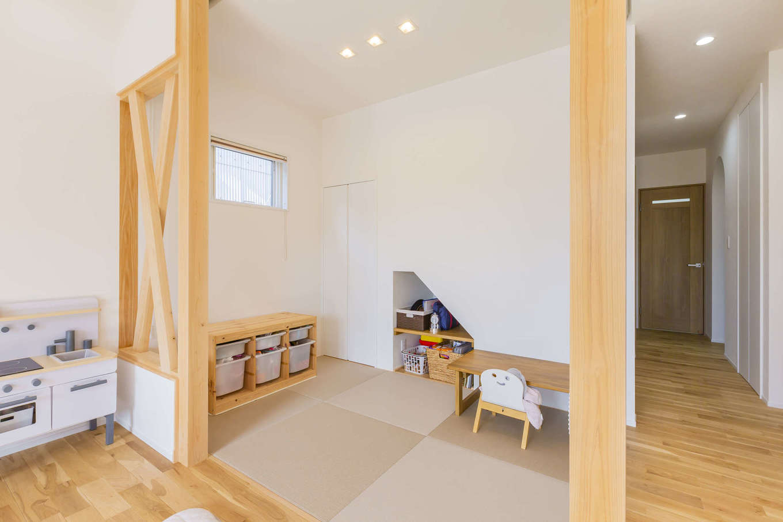 cozy house(小塚建設)【デザイン住宅、収納力、間取り】プランニングの当初から希望していた和室。リビングと一体で使えるように建具は付けず、ロールスクリーンを活用。壁は筋交いを残してオープンに。明るさと広がりをもたらした