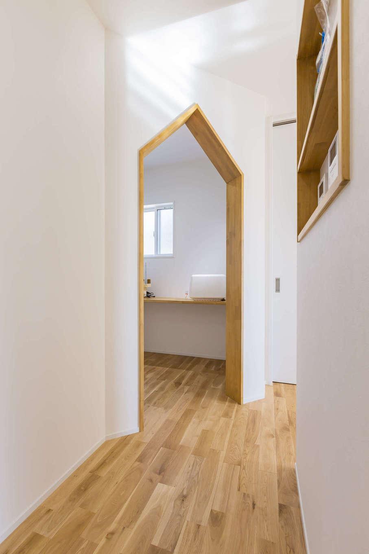 cozy house(小塚建設)【デザイン住宅、収納力、間取り】キッチンの脇に用意したミシン室。Y邸の外観のような三角屋根のアーチがかわいい。作業テーブルと道具や材料を収納する棚は造作で用意