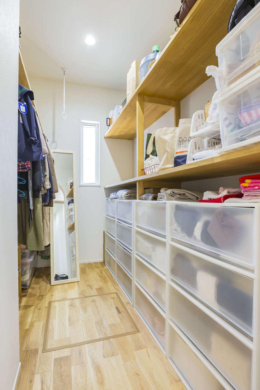 cozy house(小塚建設)【デザイン住宅、収納力、間取り】洗面脱衣所に隣接したファミリークロークには、家族の日常着をまとめて収納。身支度しやすいスペースも確保。お出かけ前の準備がスムーズにできる