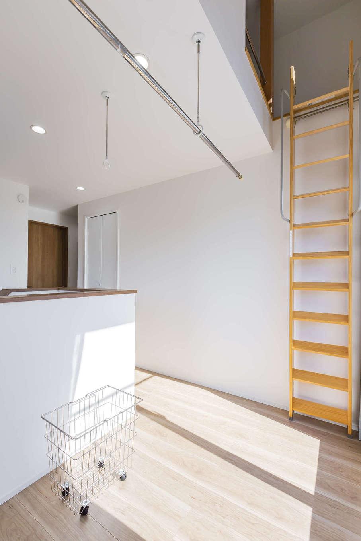 cozy house(小塚建設)【デザイン住宅、収納力、間取り】収納のためのロフトを作りたいという希望から、2階にはロフト階段が設置しやすいスペースがあるホールが誕生。日当たりがいいので、室内干しにも活躍する