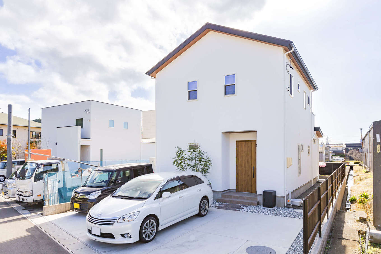 cozy house(小塚建設)【デザイン住宅、収納力、間取り】外観は三角屋根のすっきりとしたフォルム。玄関ポーチと屋根の軒に木を用いてナチュラル感をアップ。シンメトリーに並んだ2階部分の小窓もアクセント