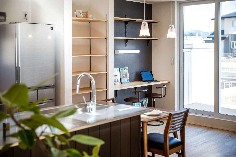 MEIKO夢ハウス(明工建設)【掛川市下垂木1943-2・モデルハウス】目が届く場所にデスクと壁一面の本棚を用意。キッチンはセミオーダータイプで、Mieleの食洗機を採用
