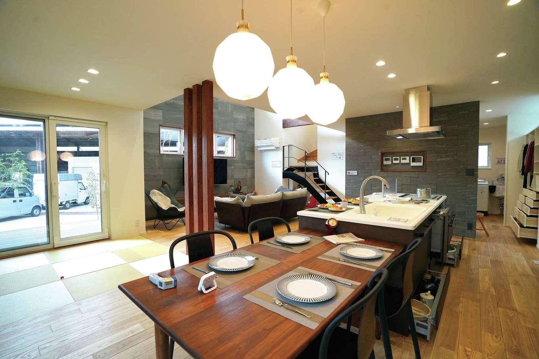MEIKO夢ハウス(明工建設)【掛川市下垂木1943-2・モデルハウス】キッチンの隣にダイニングテーブルを並べて、家事動線を短縮