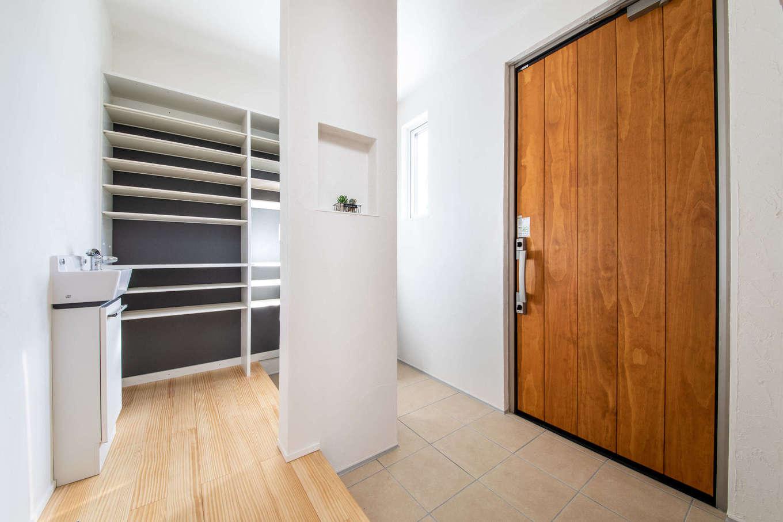 MEIKO夢ハウス(明工建設)【掛川市下垂木1943-2・モデルハウス】玄関には大容量のシューズクローク。手洗いも設置