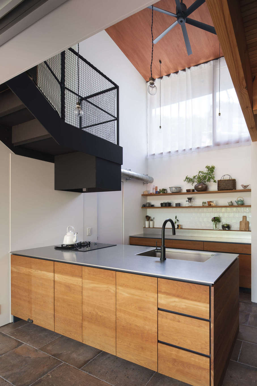 NATUREスペース【自然素材、狭小住宅、建築家】ダイニングキッチンの床はタイル。キッチンはステンレス天板に無垢のチェリーを組み合わせたオリジナルデザイン