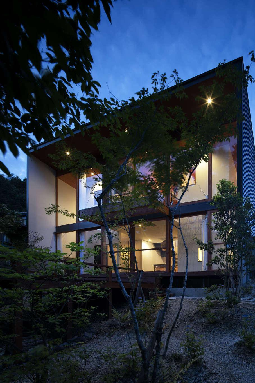 NATUREスペース【自然素材、狭小住宅、建築家】夜になると、さらに高原リゾートホテルのようなかっこよくおしゃれな雰囲気が高まるHさんの住まい。まさしく「森に棲む家」