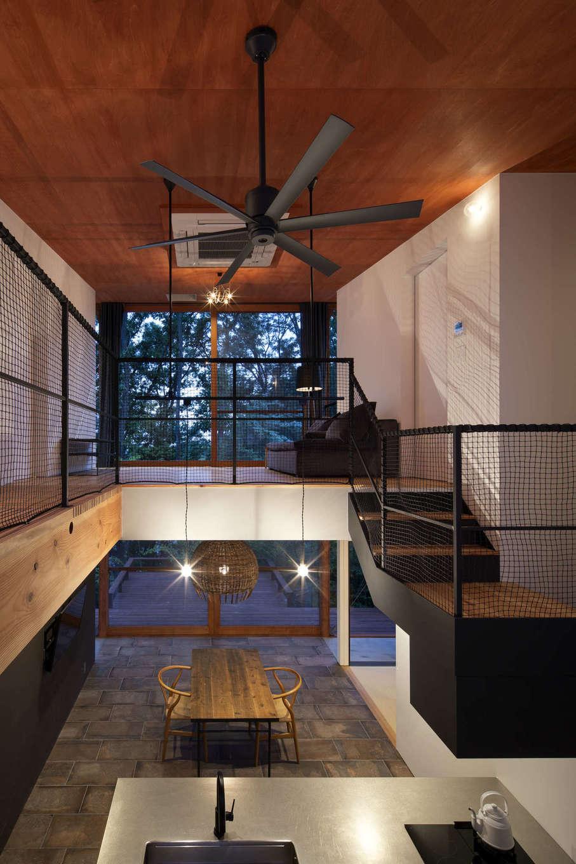 NATUREスペース【自然素材、狭小住宅、建築家】2Fのリビングと1Fのキッチンを吹き抜けが結んでくれている。家族がどこにいても感じることができる