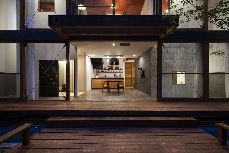 NATUREスペース【自然素材、狭小住宅、建築家】森との繋がりを大切に、大きな木製の窓を配置。「南側は窓ばかりの家だが、夏の陽射しは深い軒や木々が遮ってくれる。風も気持ちいのでよく窓を開けて外リビングを楽しめる