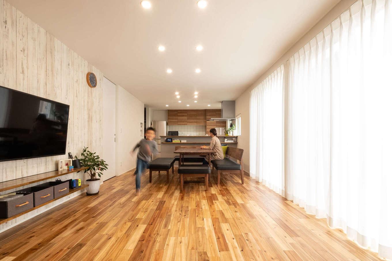 R+house御殿場(岳南建設)【収納力、間取り、建築家】キッチンから1階のフロアすべてが見渡せる間取りは、土地の形状と採光も考慮されたもの。元気な男の子ふたりは庭遊びも大好き。「庭も室内から見守れて安心です」と奥さま