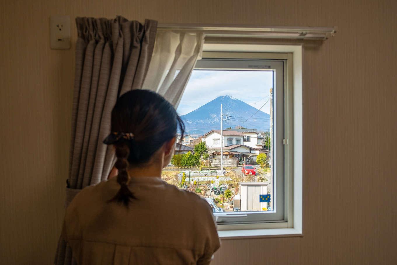 R+house御殿場(岳南建設)【収納力、間取り、建築家】富士山が見える絶好のロケーション。額縁の絵のように景色が切り取れる寝室の窓は、建築家からの素敵なプレゼント