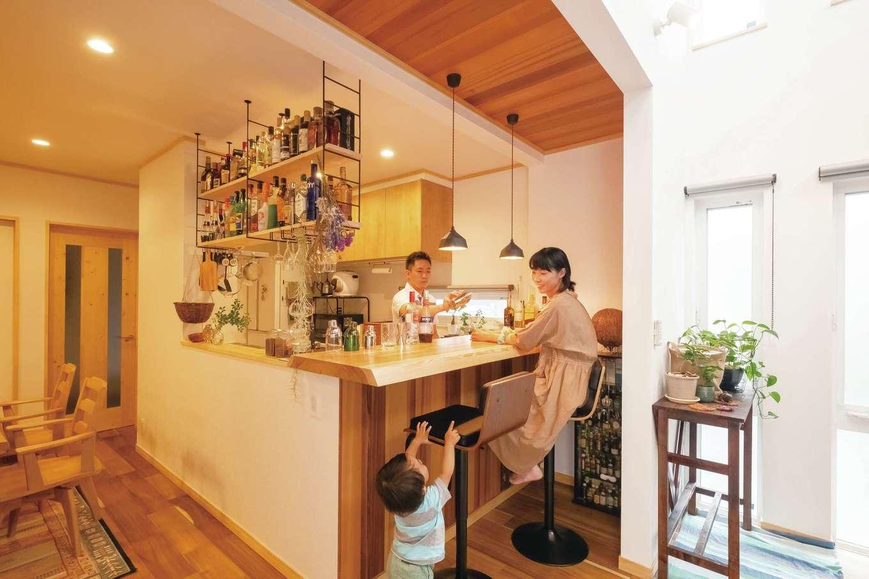 ぽっくハウス【芦工匠】【1000万円台、デザイン住宅、自然素材】照明や天井の仕上げなど、キッチンはお酒を飲むのもふるまうのも好きなご主人の要望を多めに。1枚板のカウンターは材木屋まで足を運んで選んだ