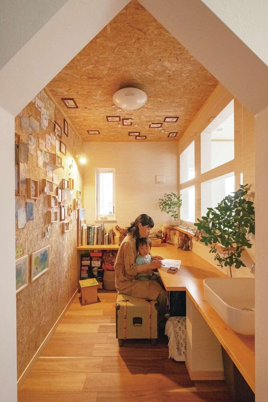 ぽっくハウス【芦工匠】【1000万円台、デザイン住宅、自然素材】山型の入口がかわいい奥さまのアトリエ。壁だけでなく、天井にも絵を飾れるようにしてもらった画材などを洗える水道も用意