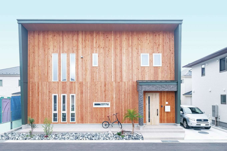 ぽっくハウス【芦工匠】【1000万円台、デザイン住宅、自然素材】モデルハウスで気に入ったウッドサイディングを全面に使用。モスグリーンのガルバを組み合わせた。木材の経年変化を考慮し、玄関ドアはややトーンを抑えたものを選んでいる