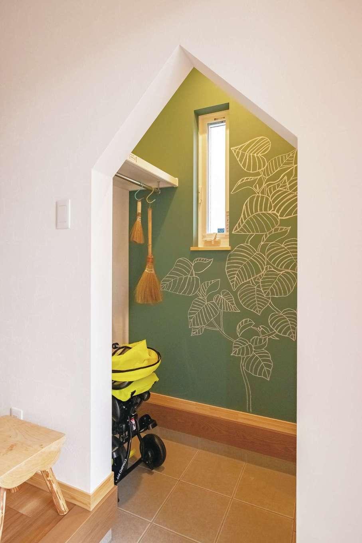 ぽっくハウス【芦工匠】【1000万円台、デザイン住宅、自然素材】山型の入口&チョークボードのシューズクロークは利便性とともに空間に楽しさをもたらす