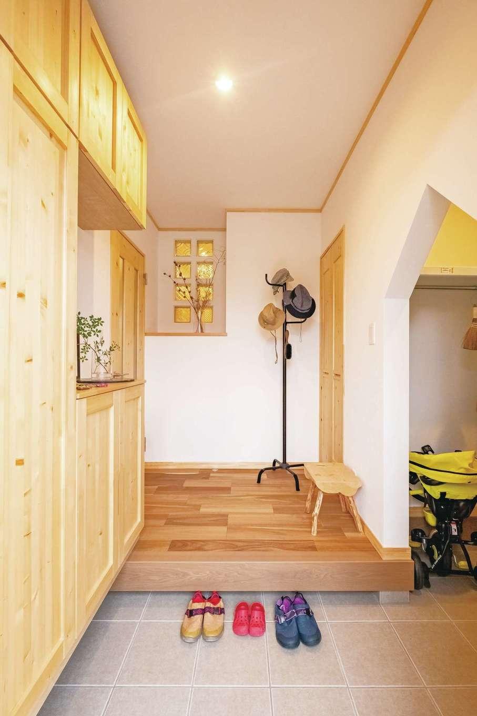 ぽっくハウス【芦工匠】【1000万円台、デザイン住宅、自然素材】スッキリとまとめられた玄関は機能性も重視。多彩な収納が用意され、ガラスブロックで光と気配を行き来させている